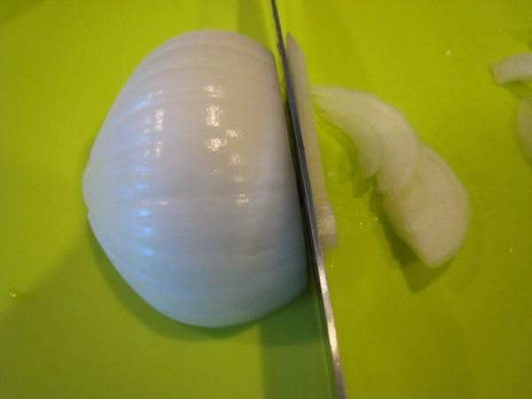 玉ねぎを切ります